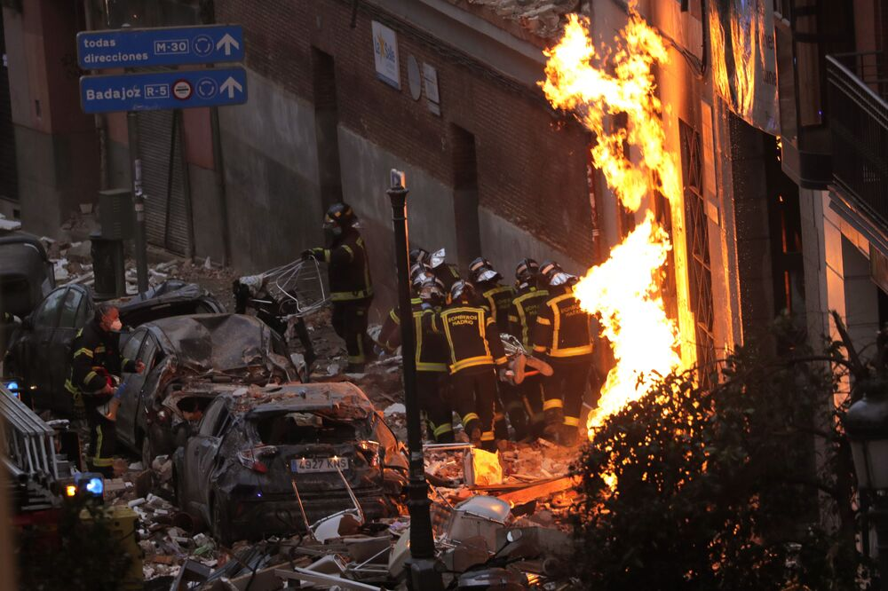 Bombeiros no local de explosão em um prédio em Madri, Espanha, 20 de janeiro de 2021