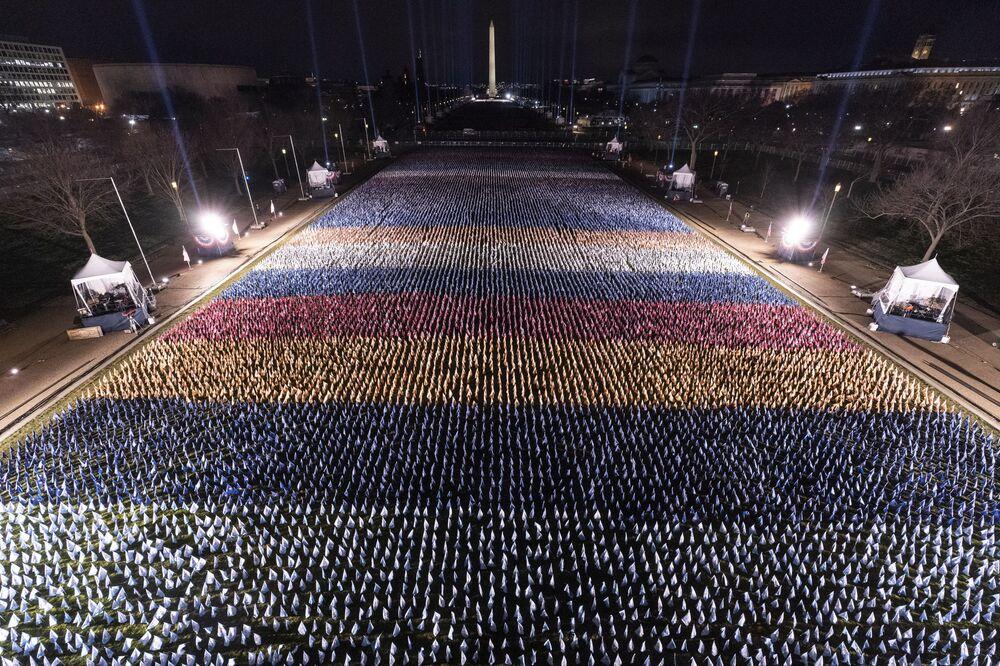 Bandeiras são colocadas no National Mall, com o Monumento de Washington por trás delas, antes da cerimônia de posse do presidente eleito Joe Biden e sua vice Kamala Harris, 18 de janeiro de 2021