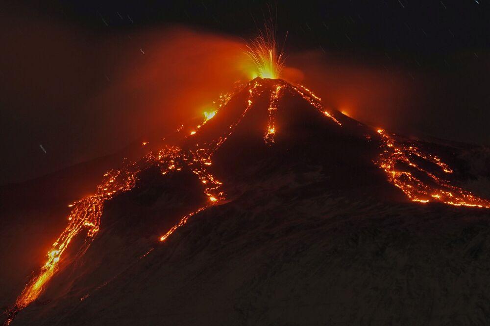 Erupção do Monte Etna ilumina o céu noturno, visto do povoado de Fornazzo, Itália, 19 de janeiro de 2021