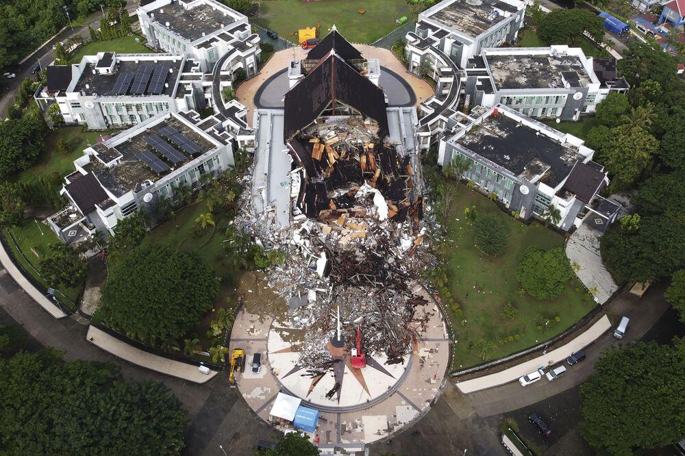 Prédio governamental destruído após terremoto em Mamuju, Indonésia, 16 de janeiro de 2021