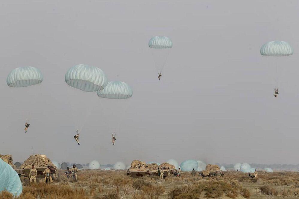 Paraquedistas do Exército iraniano durante um exercício militar, Irã, 19 de janeiro de 2021