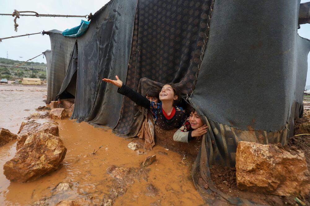 Crianças brincam no campo de deslocados Umm Jurn, na província de Idlib, Síria, 17 de janeiro de 2021