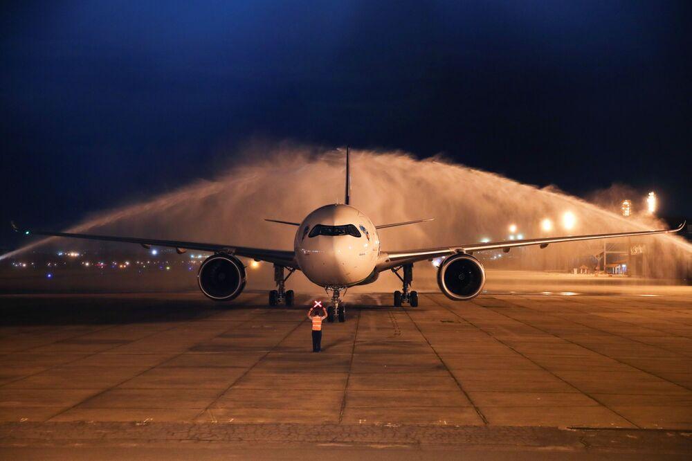 Avião com dois milhões de doses da vacina AstraZeneca/Oxford contra o coronavírus chega da Índia à base aérea Galeão no Rio de Janeiro, Brasil, 22 de janeiro de 2021.