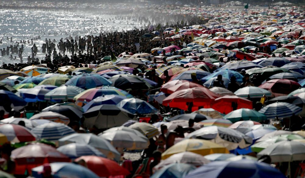 Pessoas na praia de Ipanema em meio à pandemia da COVID-19, Rio de Janeiro, Brasil, 17 de janeiro de 2021.