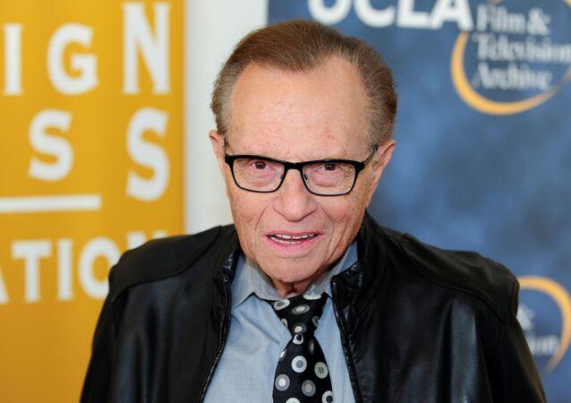 O apresentador de televisão e rádio Larry King chega na noite de abertura do UCLA Film and Television Archive em Los Angeles, Califórnia, EUA