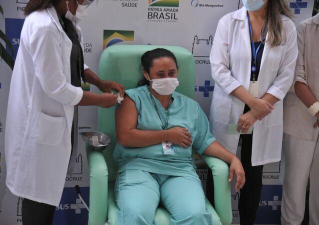 Em uma vacinação simbólica, a Fiocruz imunizou três profissionais de saúde com as vacinas da AstraZeneca importadas da Índia. Foto tirada no Rio de Janeiro, no dia 23 de janeiro de 2021.