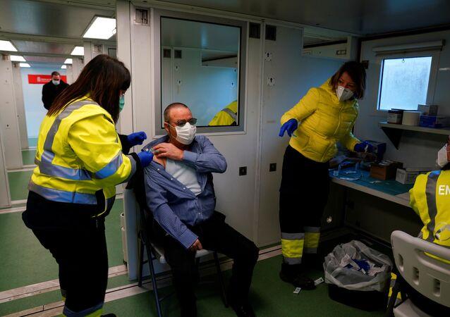Vacina contra o novo coronavírus SARS-CoV-2 é administrada em homem em Navarra, Espanha, 19 de janeiro de 2021