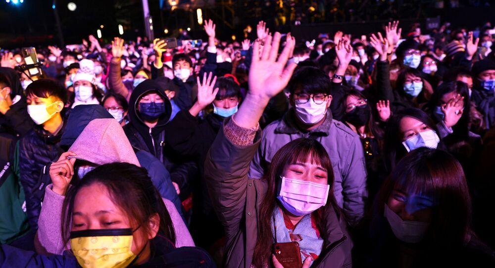 Multidão reunida durante celebrações do Ano Novo em Taipei, Taiwan, 31 de dezembro de 2020