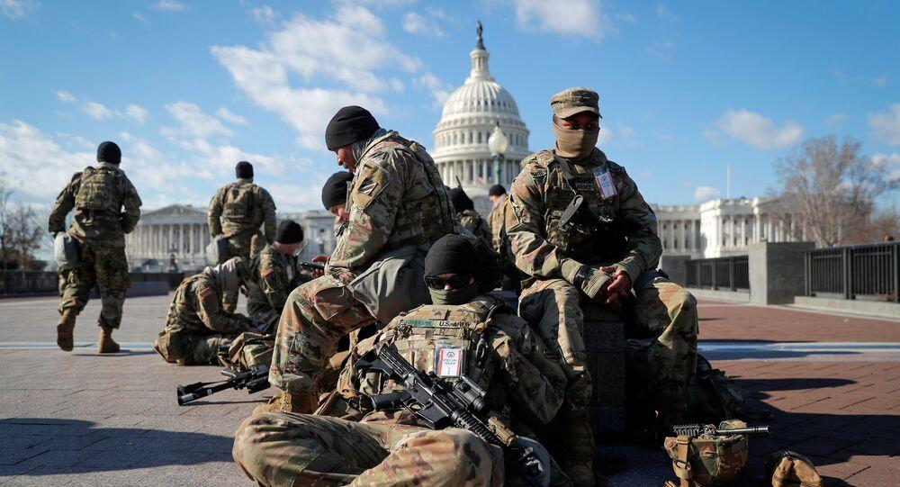 Tropas da Guarda Nacional se reúnem em frente ao Capitólio dos EUA um dia antes da posse do presidente eleito Joe Biden em Washington, EUA, 19 de janeiro de 2021