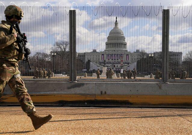 Membro da Guarda Nacional patrulha o prédio do Capitólio dos EUA antes da posse do presidente eleito Joe Biden em Washington, EUA, 20 de janeiro de 2021