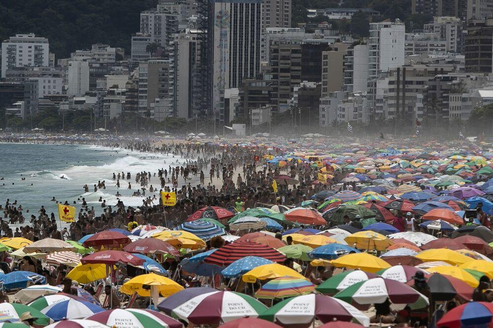 Apesar das restrições para limitar a propagação da COVID-19, milhares de pessoas lotam a praia de Ipanema, Rio de Janeiro, Brasil, 24 de janeiro de 2021