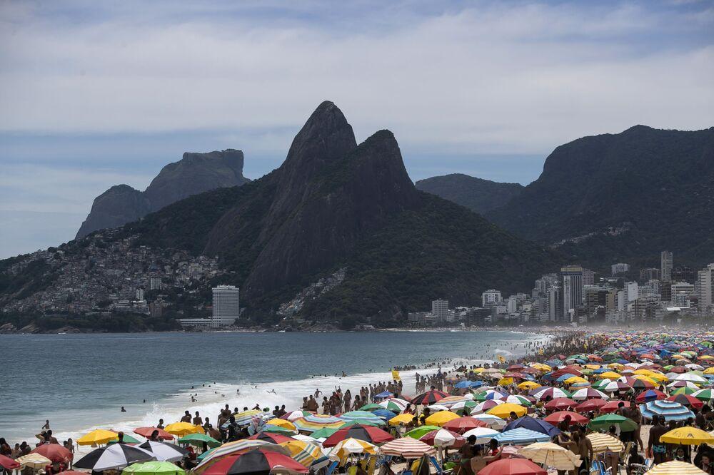 Apesar do agravamento da situação com a COVID-19, milhares de pessoas vão à praia de Ipanema, Rio de Janeiro, Brasil, 24 de janeiro de 2021