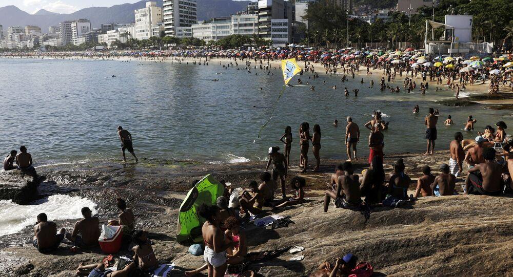 Pessoas lotam a praia do Arpoador, apesar das restrições para limitar a propagação da COVID-19, Rio de janeiro, Brasil, 17 de janeiro de 2021