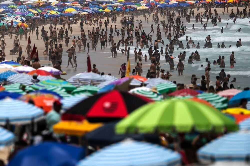 Pessoas disfrutam da praia de Ipanema durante o surto do novo coronavírus, Rio de janeiro, Brasil, 17 de janeiro de 2021