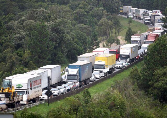 Tráfego na BR-376, na altura do km 655, intenso por causa das chuvas que atingem Santa Catarina (imagem referencial)
