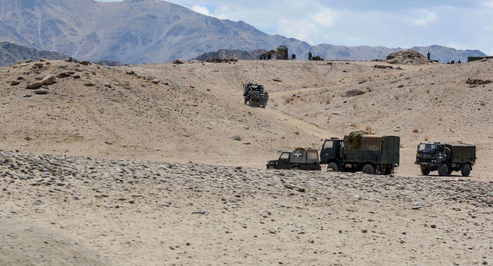 Exército indiano dirige veículos enquanto participa de um exercício militar em Thikse, no território de Ladakh