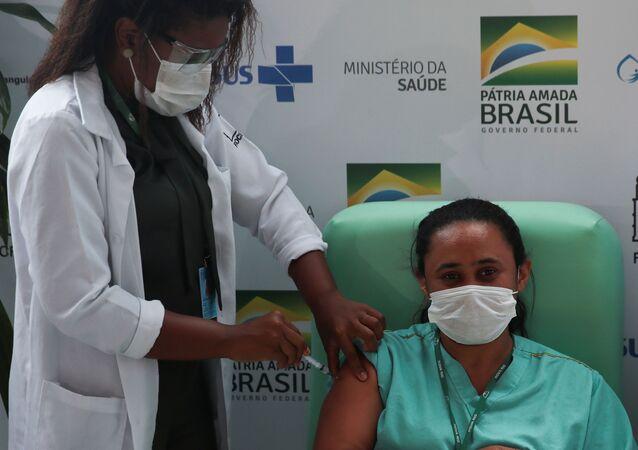 Profissional de saúde recebe vacina contra coronavírus na Fiocruz, no Rio de Janeiro