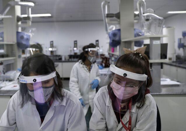 Laboratório União Química produz vacina russa contra COVID-19, Sputnik V, em projeto-piloto, Brasília, 25 de janeiro de 2021