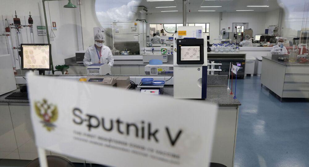 Logo da vacina russa contra COVID-19, Sputnik V, em laboratório da União Química que produz o imunizante em Brasília, 25 de janeiro de 2021