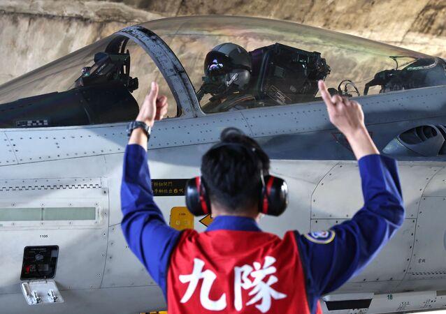 Piloto se prepara para decolagem do Caça de Defesa Nacional F-CK-1 Ching-kuo na base da Força Aérea em Tainan, Taiwan, 26 de janeiro de 2021