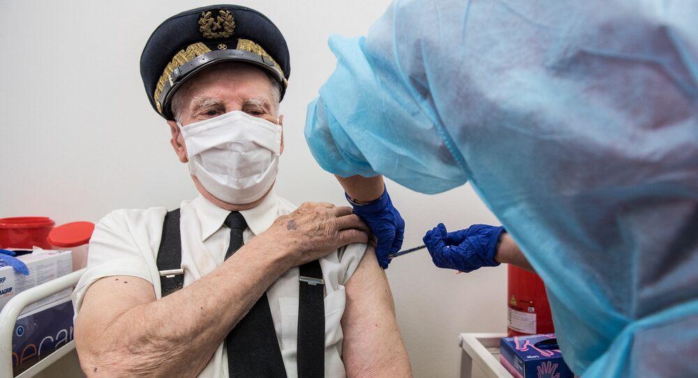 Homem recebe vacinação contra o novo coronavírus (SARS-CoV-2) no Hospital Universitário em Varsóvia, Polônia, 25 de janeiro de 2021