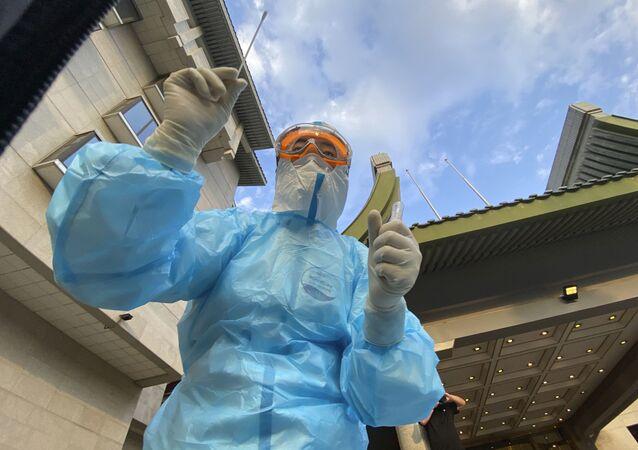 Profissional de saúde com swab para teste da COVID-19 na China
