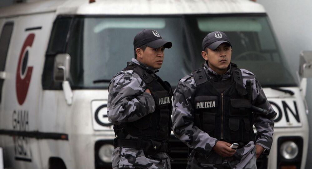 Agentes de polícia fazem a segurança de uma estação de TV em Quito, capital do Equador (arquivo)