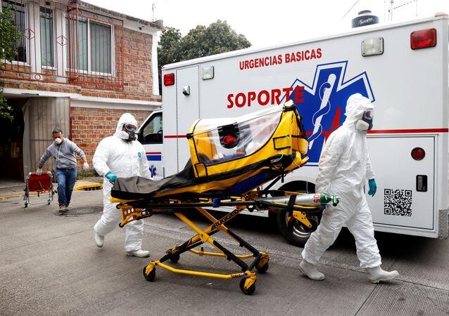 Paramédicos transferem paciente de 63 anos infetada pela COVID-19 para o hospital, Cidade do México, México, 13 de janeiro de 2021