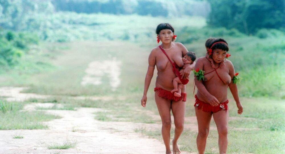 Mães da tribo indígena yanomami carregam crianças
