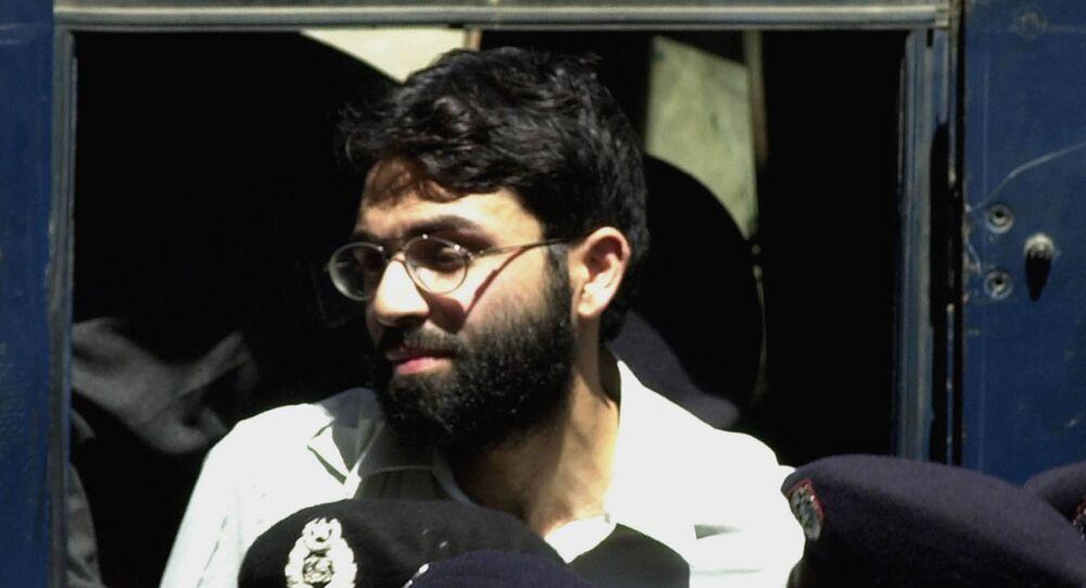Ahmed Omar Saeed Sheikh, um homem britânico de origem paquistanesa, é acusado pelo assassinato do repórter do Wall Street Journal, Daniel Pearl, em 2002. Nesta ele, aparece no tribunal em Karachi, no Paquistão, em 29 de março de 2002.