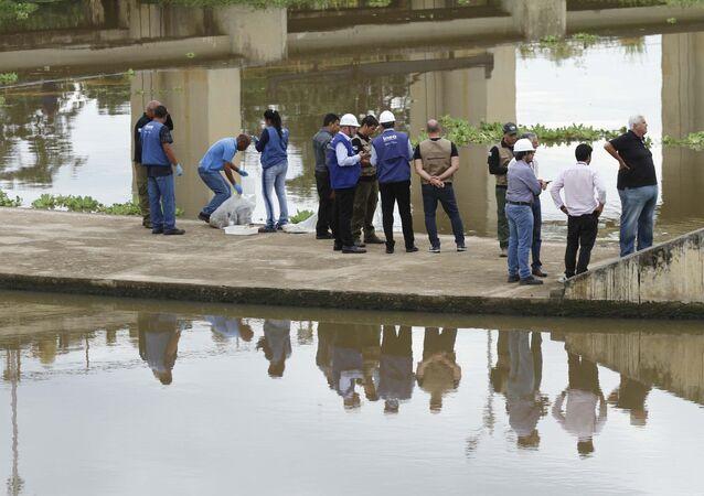 Agentes da Cedae, Companhia Estadual de Águas do Rio de Janeiro, fazem inspeção na Estação de Tratamento de Água Guandu, em Nova Iguaçu