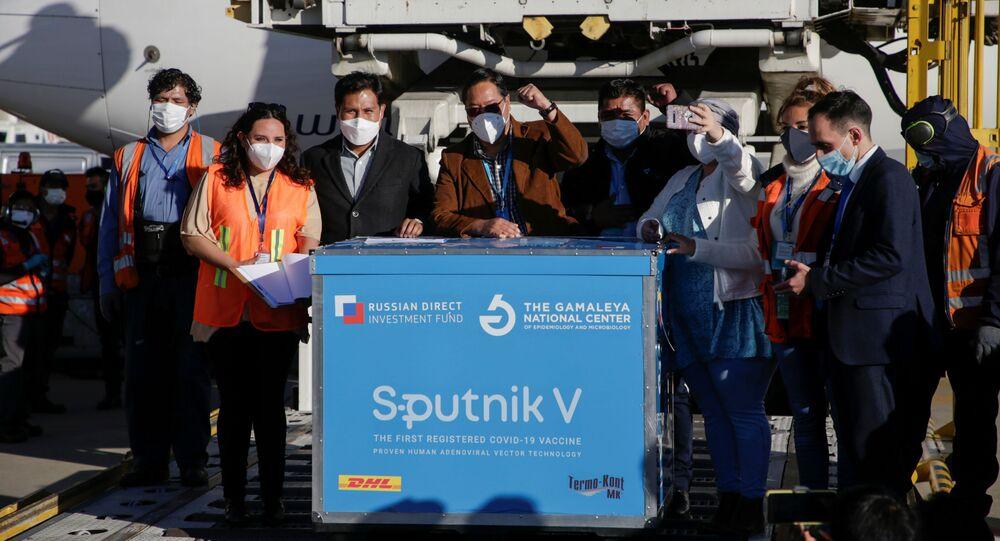 Ao centro, o presidente Luis Arce comemora a chegada do primeiro lote de doses da Sputnik V à Bolívia, em 28 de janeiro de 2021.