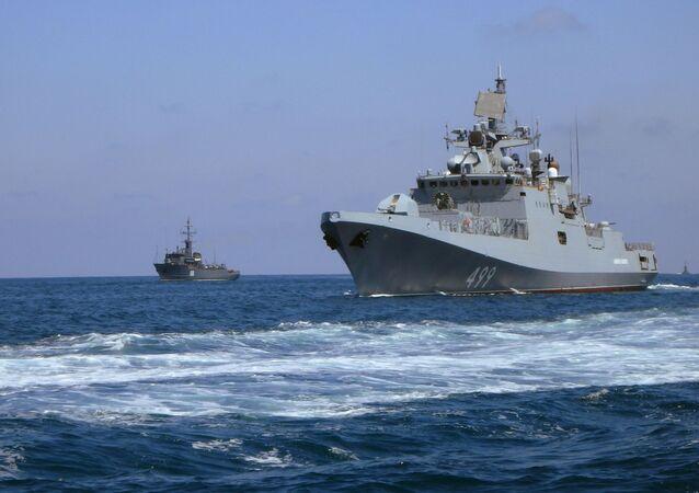 Fragata russa Admiral Makarov durante desfile naval no litoral da Síria