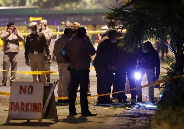 Oficiais de segurança examinam local da explosão perto da Embaixada israelense em Nova Deli, Índia.