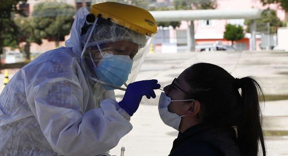Profissional de saúde realiza teste de COVID-19 na Bolívia
