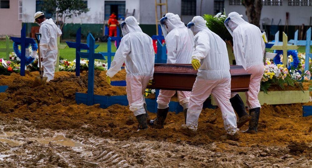 Agentes funerários carregam caixão com vítima da COVID-19 em Manaus, no Amazonas.