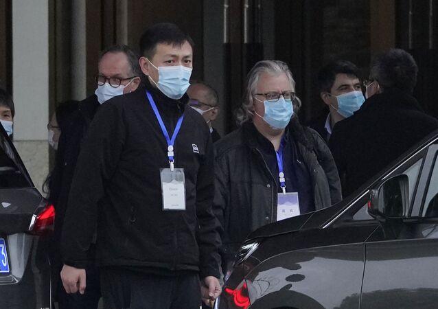 Membros da equipe da Organização Mundial da Saúde se preparam para partir para um segundo dia de visita de campo em Wuhan, na China, no sábado, 30 de janeiro de 2021.