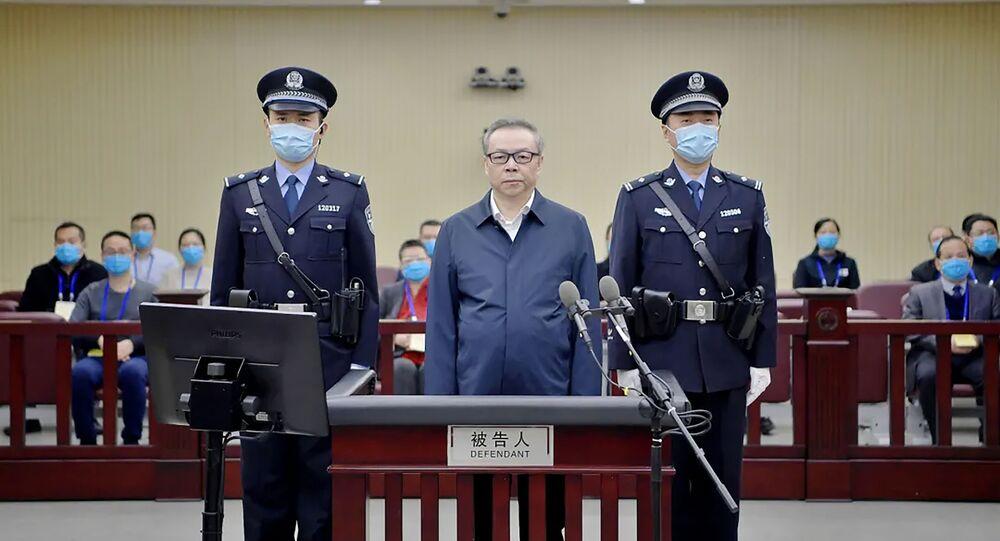 Lai Xiaomin (ao centro) é sentenciado à morte por crimes de corrupção e bigamia