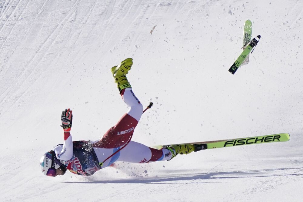 Esquiador alpino suíço Urs Kryenbuehl cai na linha da meta durante a Copa Mundial masculina em Kitzbuehel, Áustria, 23 de janeiro de 2021