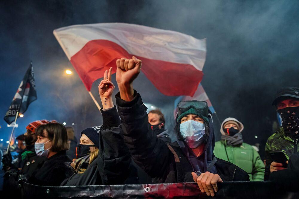 Manifestantes durante o protesto contra a lei do aborto, em Varsóvia, Polônia, 27 de janeiro de 2021