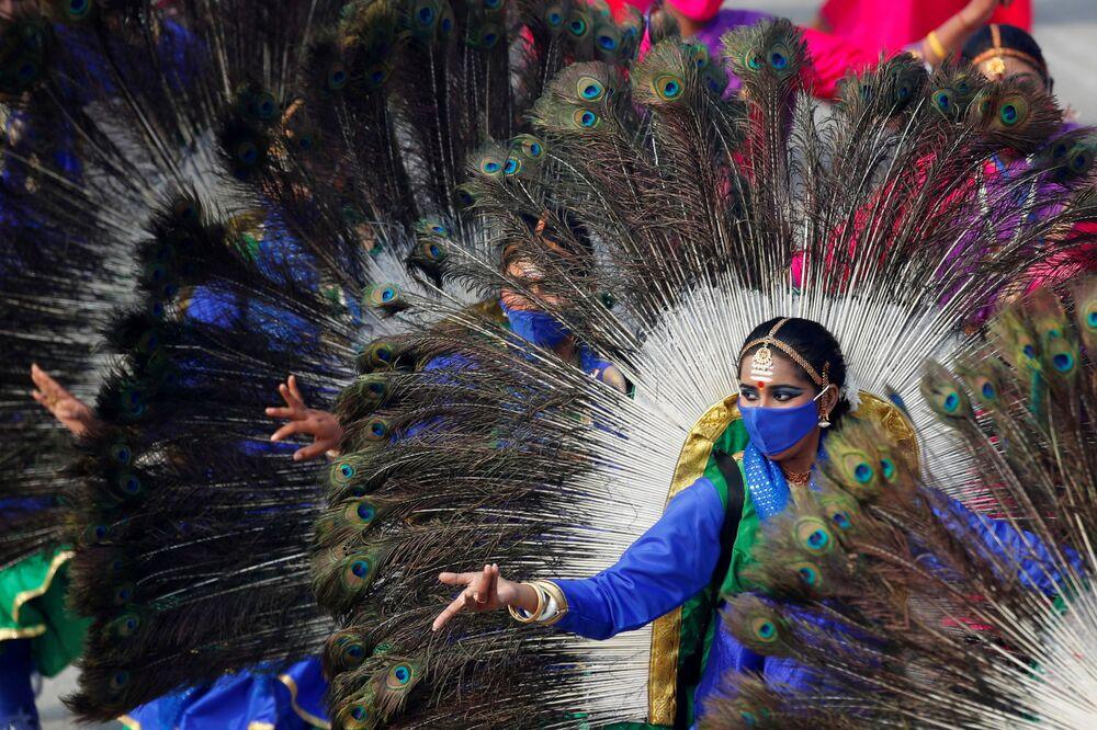 Dançarinos se apresentam durante ensaio geral do Desfile do Dia da República em Nova Deli, Índia, 23 de janeiro de 2021