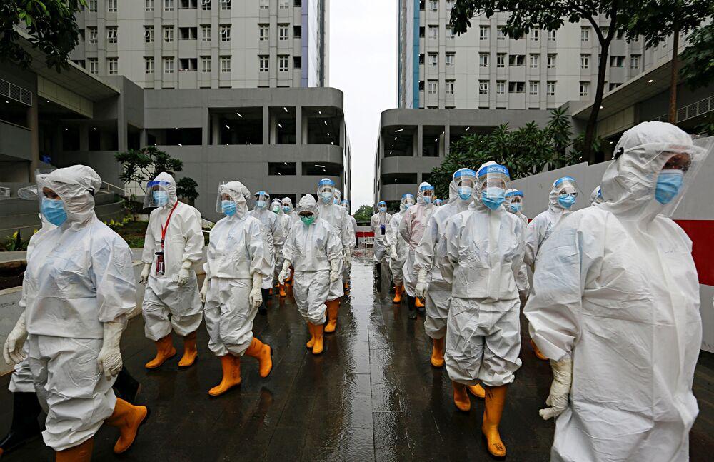 Profissionais de saúde com equipamento protetor estão prontos para tratar pacientes em hospital de emergência, Jakarta, Indonésia, 26 de janeiro de 2021