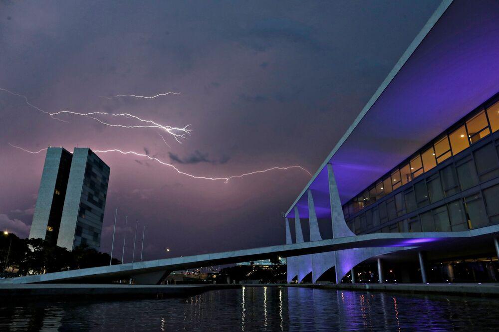 Trovão iluminando céu sobre Congresso Nacional e Palácio do Planalto em Brasília, 26 de janeiro de 2021