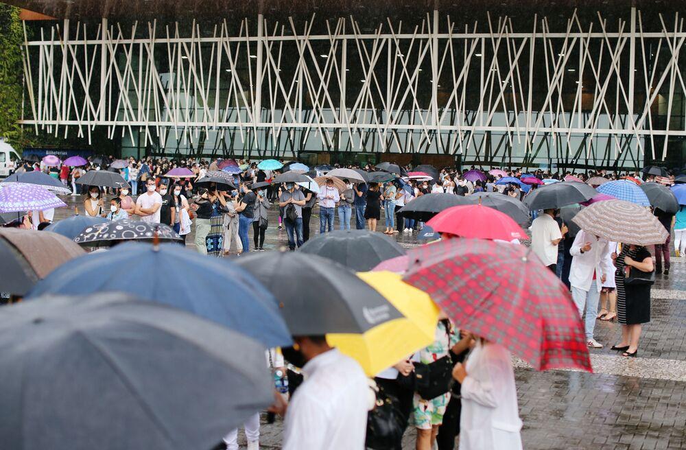 Profissionais de saúde em Curitiba fazem fila para receber a vacina CoronaVac, 28 de janeiro de 2021