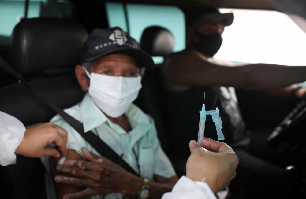 Homem recebe vacina AstraZeneca/Oxford em Manaus, 30 de janeiro de 2021