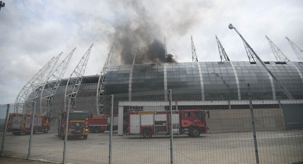 Em Fortaleza, bombeiros tentam controlar um incêndio na Arena Castelão, um dos estádios utilizados na Copa do Mundo de 2014