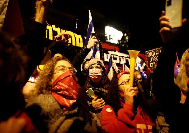 Pessoas protestam em Jerusalém contra a alegada corrupção do primeiro-ministro israelense Benjamin Netanyahu, enquanto Israel está sob lockdown como parte das restrições por causa da COVID-19