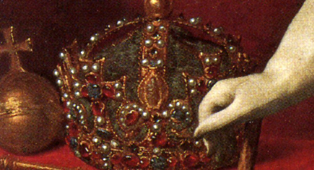 Coroa de Henrique VIII, rei inglês entre 1509 e 1547, em um retrato de Carlos I (1625-1649), pintado por Daniel Mytens