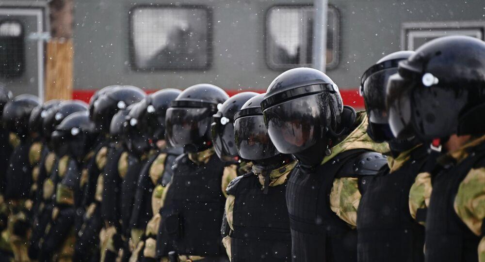 Agentes da polícia durante manifestação não autorizada em Moscou