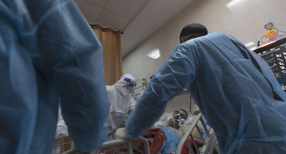 Em Ramallah, na Cisjordânia, médicos em uma UTI atendem um paciente palestino com COVID-19, em 28 de janeiro de 2021